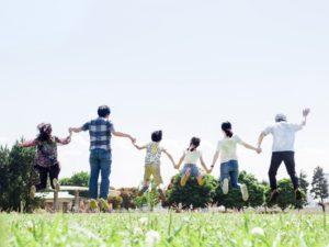 3世代家族でジャンプしている写真