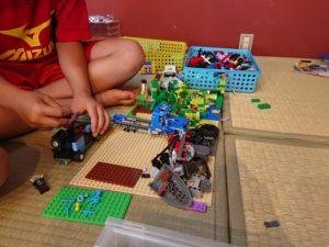 男の子が作っていたレゴの写真